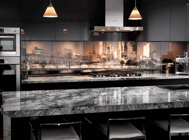 Кухонный фартук из стекла с фотопечатью задает настроение интерьеру.