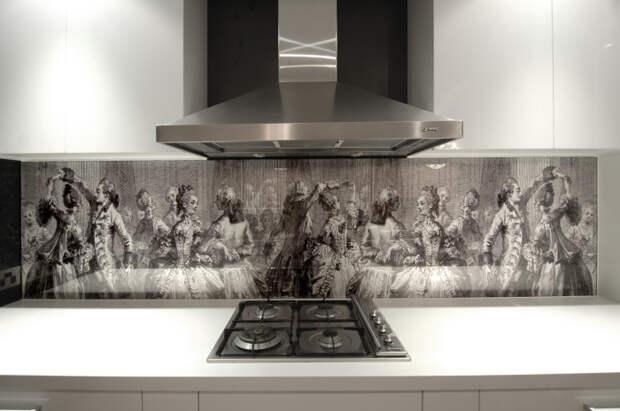 Кухонный фартук из стекла с фотопечатью в интерьере кухни.