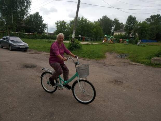 Сельские жители в Тверской области подарили почтальону велосипед