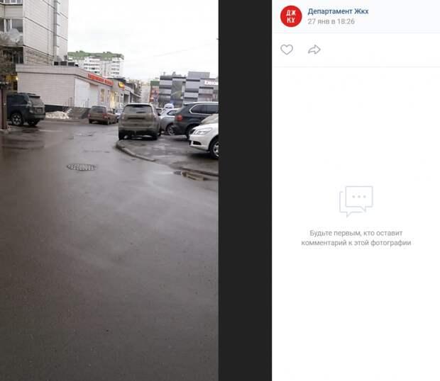 Снежная гора у дома на Авиаконструктора Миля заблокировала проезд машин