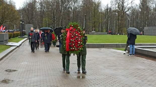 Церемония возложения цветов в память о погибших в ВОВ прошла в Петербурге