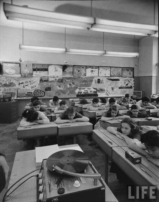 Ученики слушают музыку в худ. классе, 1957 год история, люди, фото