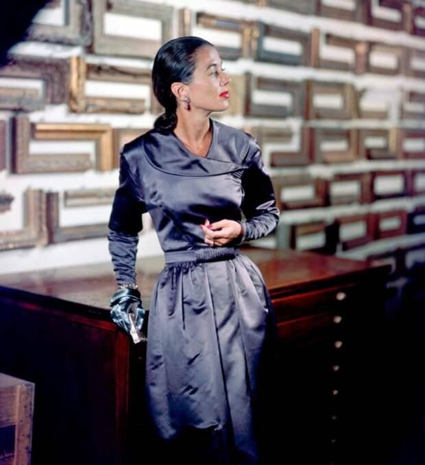 Модель в вечернем платье с серебристым отливом от Паулины Трижер, которые вернулись на рынок только после окончания войны, 1947 год.