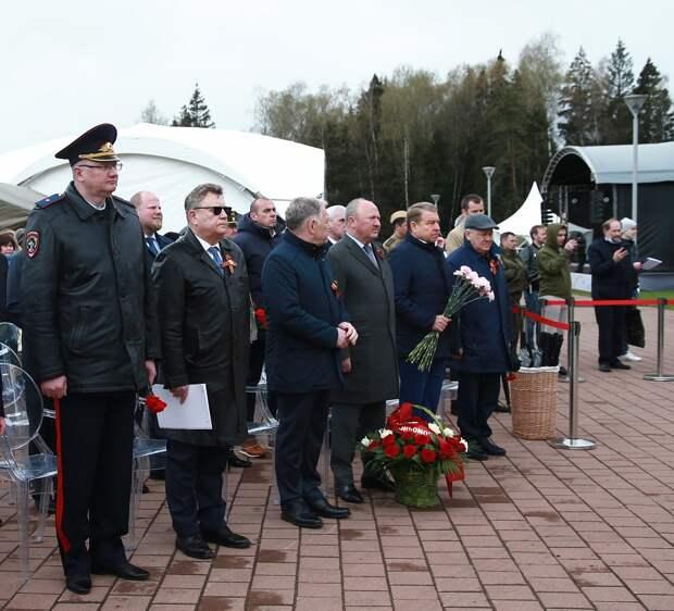 Сотрудники «Автобана» возложили цветы к памятнику воинам-дорожникам