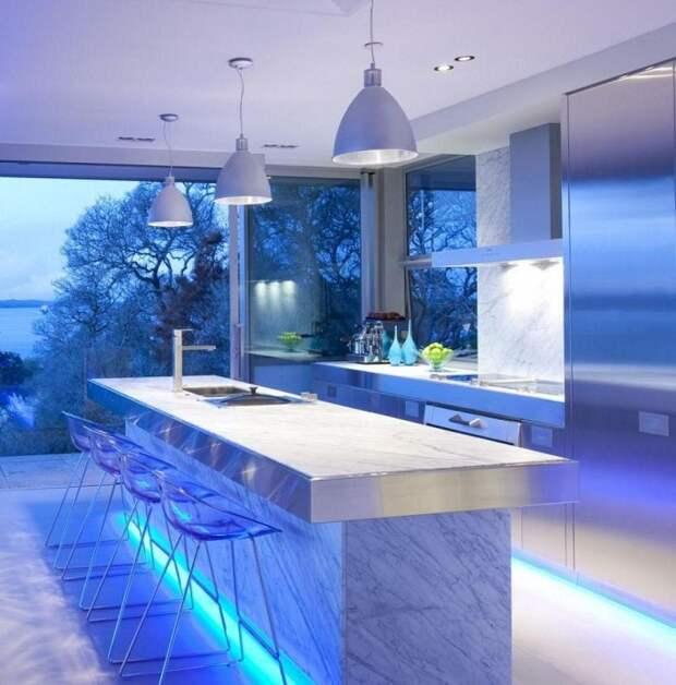 Отменная и яркая кухня с необыкновенной подсветкой, что понравится и станет просто находкой для оформления кухни.