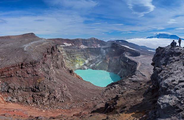 Второй кратер вулкана Горелый с кислотным озером