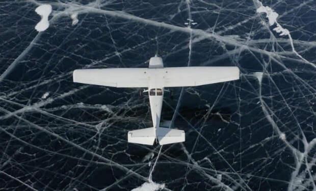 Посадка самолета на прозрачный лед Байкала: под шасси было видно бездну под водой