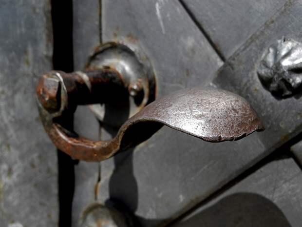 Многострадальную дверь в подъезд дома в 5-ом квартале починили