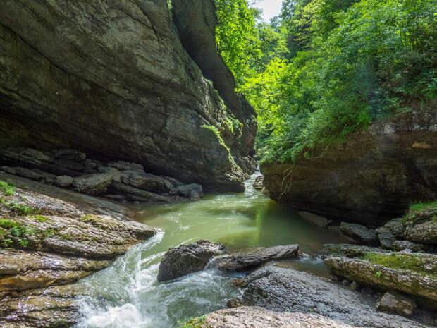 Одно из самых живописных мест Гуамского ущелья - скальный козырек.