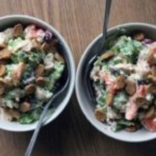 Весенний салат с курицей и сухариками